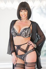 Veronica Avluv Flashes Her Body 00