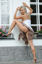 Ella Gets Nude Outside 04