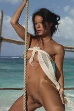 Curvy Melissa is naked by the sea 02