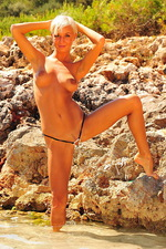 Perfect babe wearing atiny bikini 00
